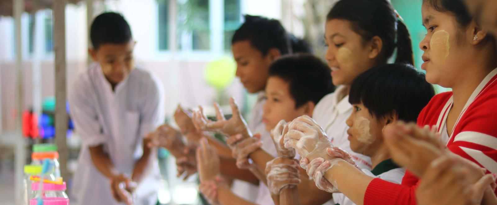Niños en uno de nuestros proyectos de Voluntariado Social aprendiendo a lavarse las manos para evitar la propagación de enfermedades.